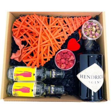 Exkluzív Nőnapi Hendricks Gin Tonik szett Dobozban extra nagy rattan szívvel